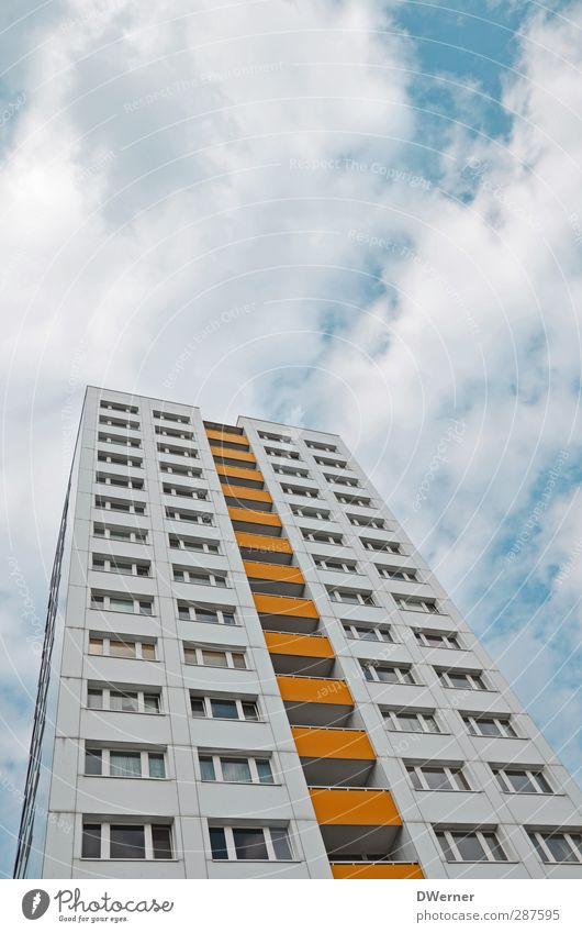 urban Stadt weiß Haus gelb Architektur Gebäude Wohnung Fassade hoch Tourismus Hochhaus Häusliches Leben Ausflug Unendlichkeit Umzug (Wohnungswechsel)