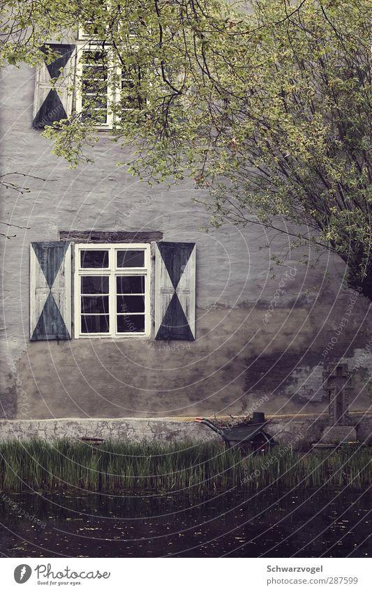 Provinzstille alt Baum ruhig Fenster Wand Mauer Gebäude Garten Zufriedenheit Burg oder Schloss Bauwerk nachhaltig Teich Gartenarbeit stagnierend Fensterladen