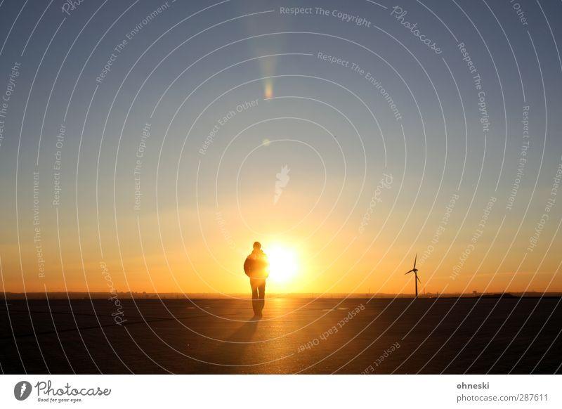 Into the Sun Mensch maskulin Mann Erwachsene Körper 1 Himmel Wolkenloser Himmel Horizont Sonnenaufgang Sonnenuntergang Sonnenlicht Windrad Einigkeit Leben