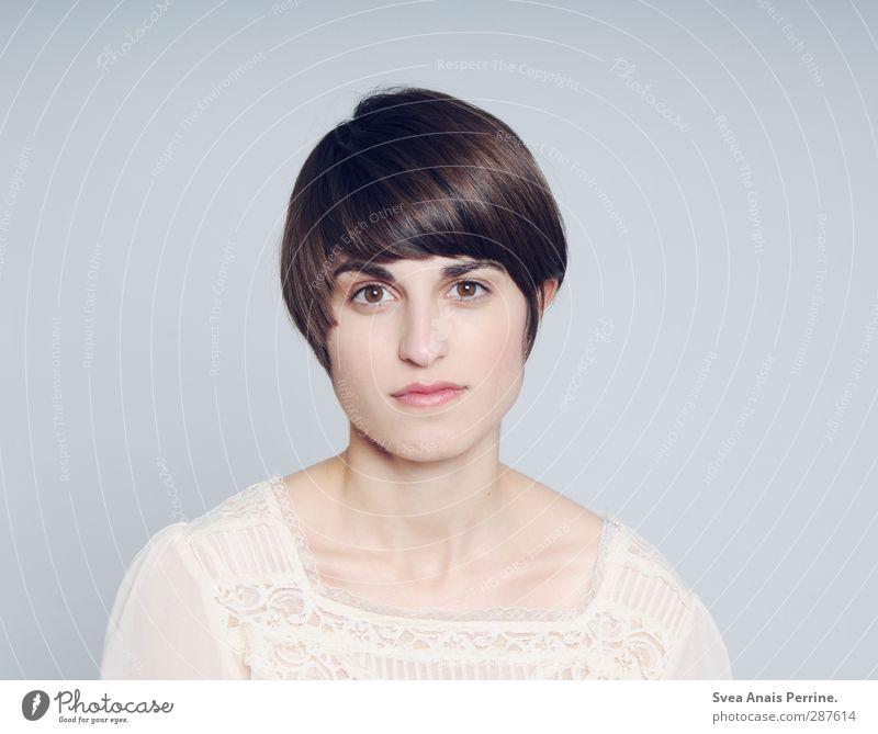 . feminin Junge Frau Jugendliche 1 Mensch 18-30 Jahre Erwachsene Bluse Haare & Frisuren schwarzhaarig brünett kurzhaarig Pony dünn einzigartig schön ruhig ernst