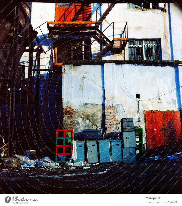 Farbe Stadtrand Altstadt Menschenleer Ruine Bauwerk Gebäude Mauer Wand Beton Metall Backstein alt Armut Zerstörung Trostlosigkeit Farbfoto mehrfarbig