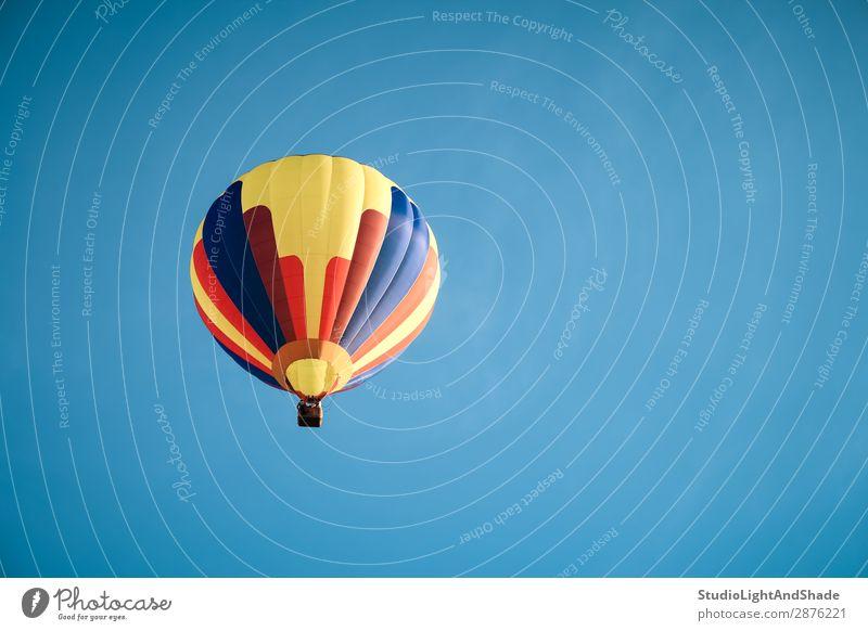 Bunter Heißluftballon am blauen Himmel Freude Freizeit & Hobby Ferien & Urlaub & Reisen Abenteuer Freiheit Sport Verkehr Fluggerät Ballone Luftballon fliegen