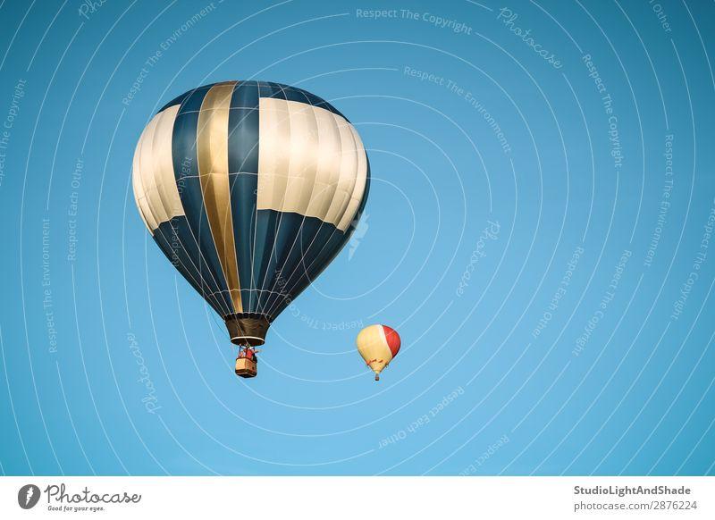 Zwei Heißluftballons am klaren Himmel Freude Freizeit & Hobby Ferien & Urlaub & Reisen Abenteuer Freiheit Sport Verkehr Fluggerät Ballone Luftballon fliegen