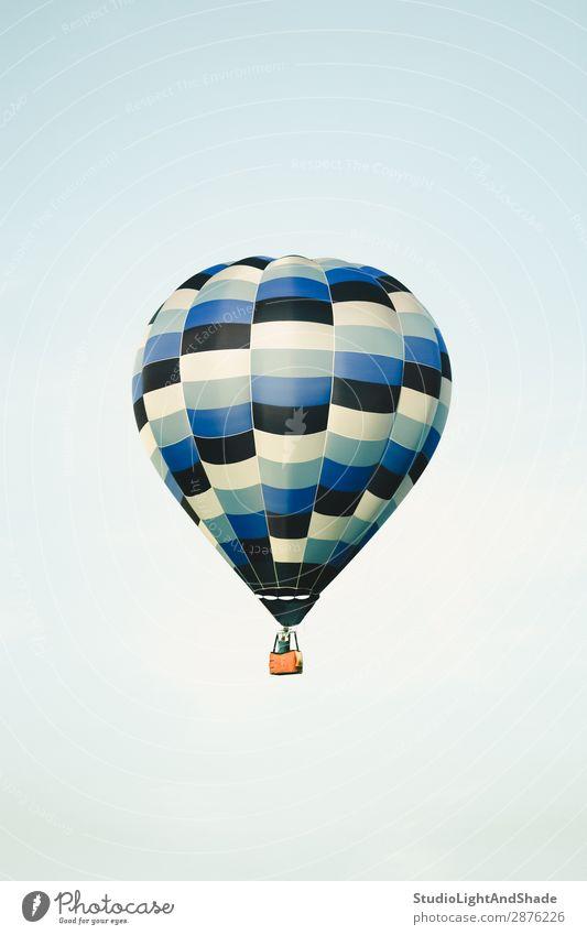 Blauer Heißluftballon am klaren Himmel Freude Freizeit & Hobby Ferien & Urlaub & Reisen Abenteuer Freiheit Sport Verkehr Fluggerät Ballone Luftballon alt