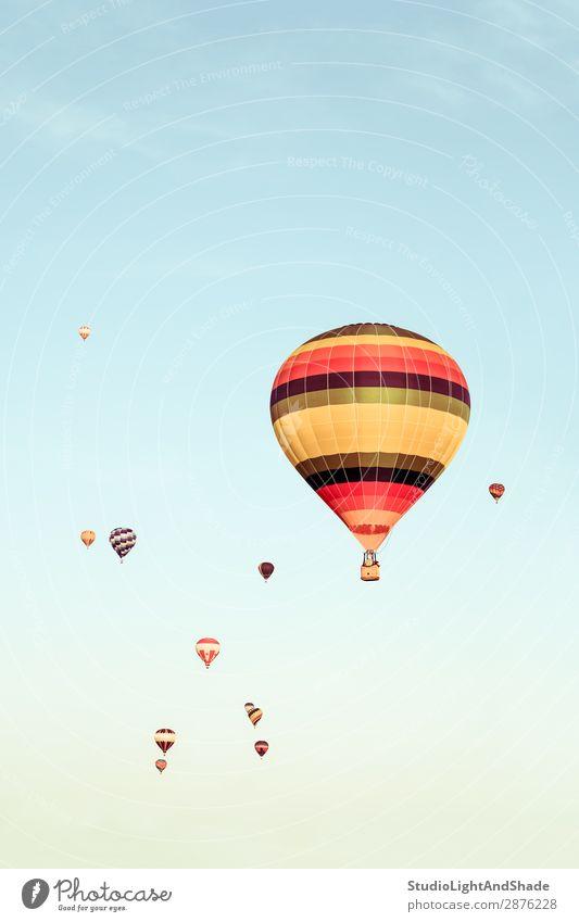 Bunte Heißluftballons, die in der Ferne fliegen. Freude Freizeit & Hobby Ferien & Urlaub & Reisen Abenteuer Freiheit Sport Himmel Verkehr Fluggerät Ballone