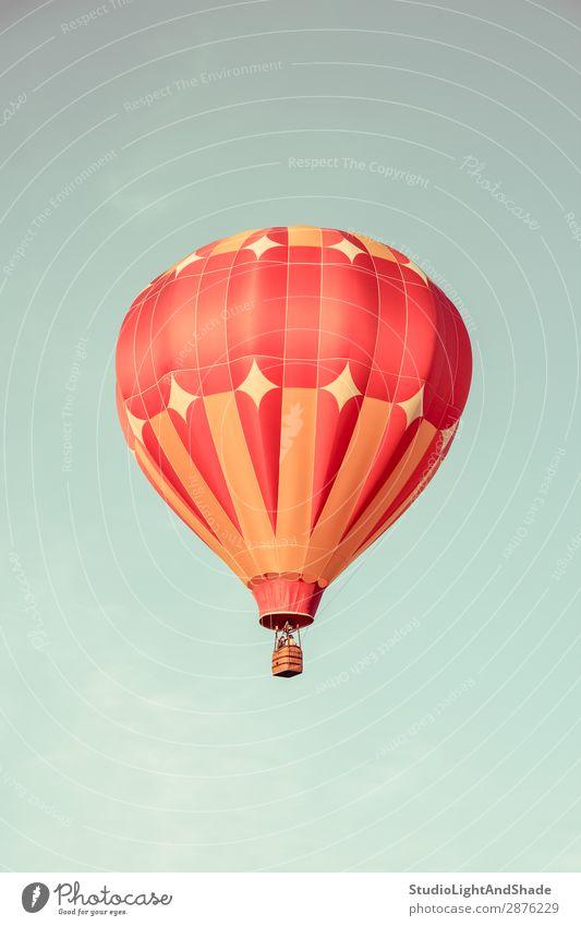 Orangefarbener Heißluftballon am Himmel Freude Freizeit & Hobby Ferien & Urlaub & Reisen Abenteuer Freiheit Sport Verkehr Fluggerät Ballone Luftballon alt