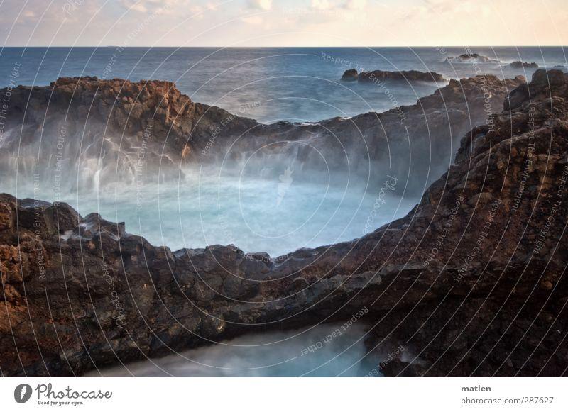 der Krake Himmel blau weiß Sonne Meer Wolken Landschaft Küste Horizont Felsen braun Wellen Schönes Wetter Urelemente Riff