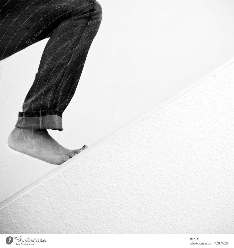 ... und Fuß! | Thementag Beine 1 Mensch Mauer Wand Treppe Jeanshose gehen Sport stehen einfach weiß Gefühle selbstbewußt Optimismus Mut Tatkraft Beginn