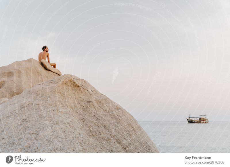 Mann mit freiem Oberkörper sitzt auf großem Fels am Meer Glück Gesundheit Fitness Wellness Leben harmonisch Wohlgefühl Erholung ruhig Meditation