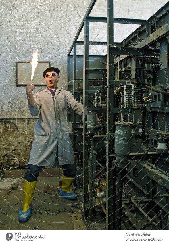 Skurriler Mensch experimentiert mit elektrischem Strom Lehrer Berufsausbildung Arbeit & Erwerbstätigkeit Handwerker Arbeitsplatz Fabrik Industrie