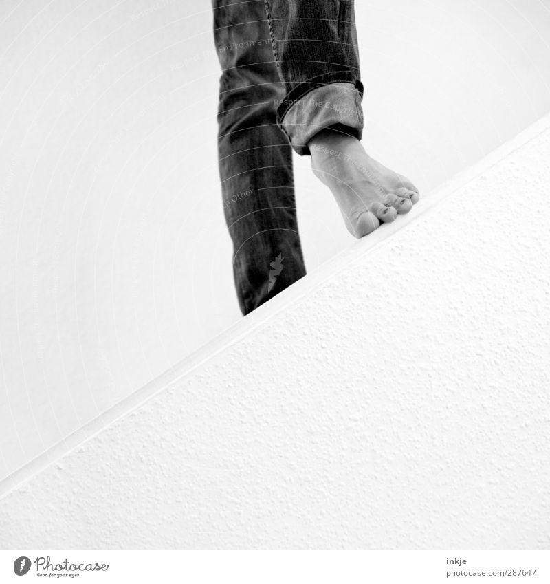 Zwischenstep | das hat Hand und Fuß 1 Mensch Mauer Wand Treppe Jeanshose gehen stehen einfach Beginn Perspektive Wege & Pfade Neigung diagonal Fußspitze