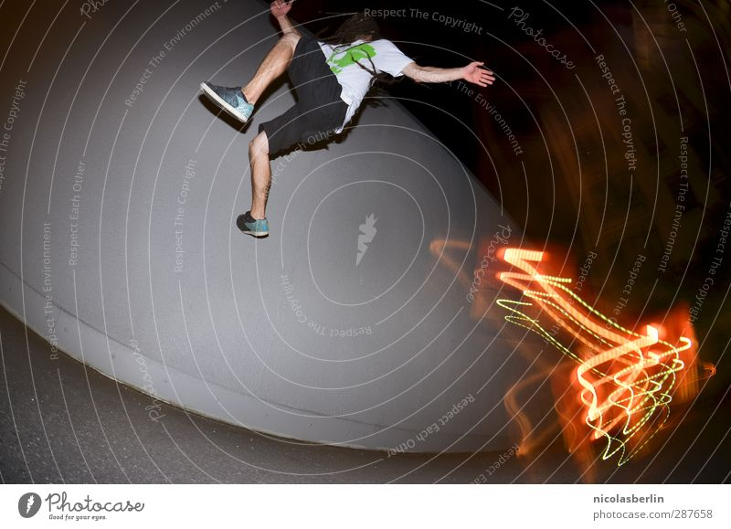 Parkour Mensch Mann Stadt Freude Erwachsene dunkel Wand Spielen Mauer springen außergewöhnlich Körper maskulin wild Freizeit & Hobby verrückt