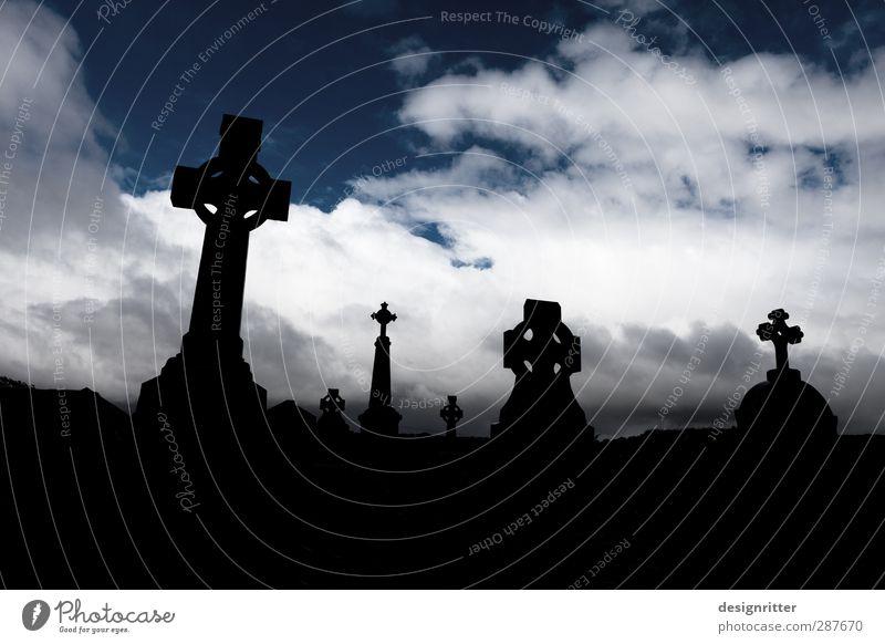 Ende und Anfang einer Reise Himmel Ferien & Urlaub & Reisen Wolken dunkel Tod Traurigkeit Religion & Glaube Stein liegen warten Tourismus Beginn Kirche