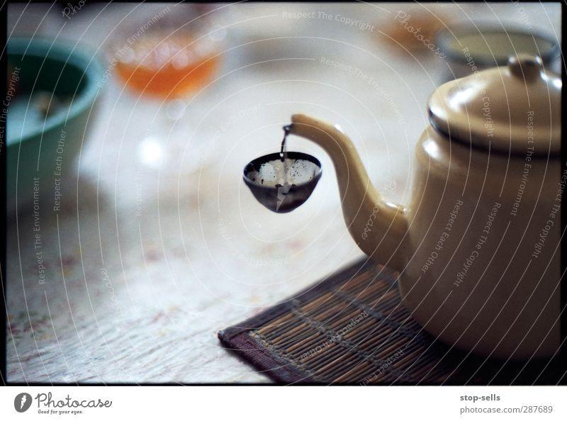 Auffangvorrichtung Lebensmittel Kaffeetrinken Slowfood Getränk Heißgetränk Tee Warmherzigkeit Reinheit skurril Teekanne Teesieb fangen Filter Küchentisch Kultur