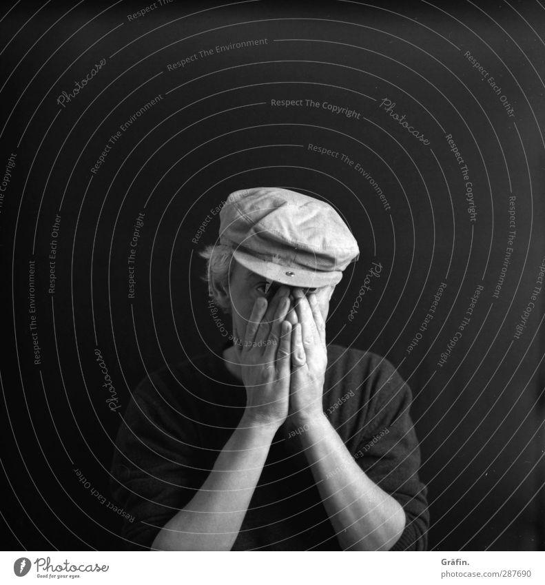 Neue Kraft sammeln Mensch maskulin Mann Erwachsene 1 45-60 Jahre Traurigkeit grau schwarz Gefühle Wahrheit Ehrlichkeit authentisch Müdigkeit Enttäuschung