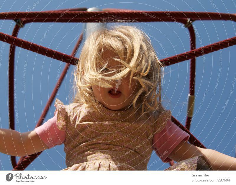 Klettern Mensch Kind blau Mädchen feminin Haare & Frisuren Kindheit Klettern Spielplatz 3-8 Jahre