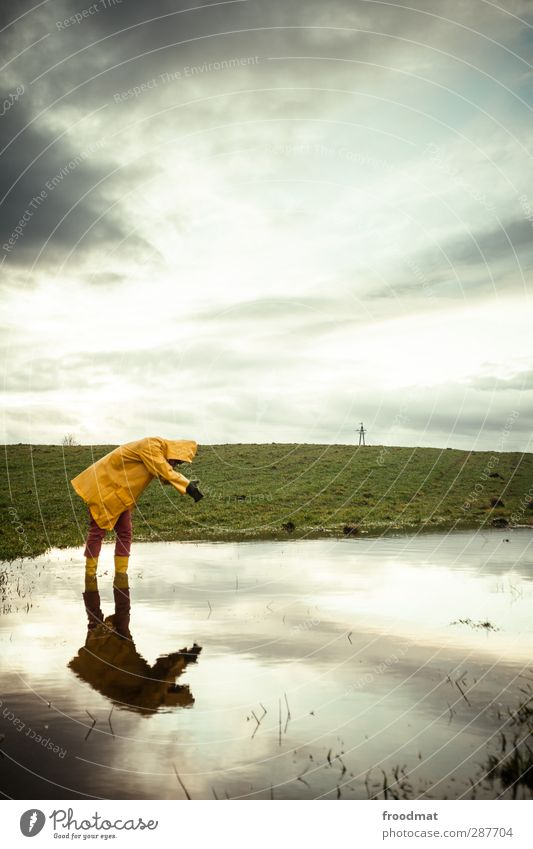 poolboy Mensch maskulin Junger Mann Jugendliche 1 Umwelt Natur Landschaft Himmel Wolken Gewitterwolken Herbst Winter schlechtes Wetter Regen Schutzbekleidung