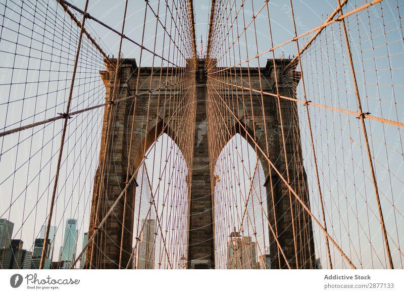 Überbrückungskabel in perspektivischer Ansicht gegen das Stadtbild Brücke Architektur Skyline New York State amerika USA Straße Eisenkette Zeitgenosse
