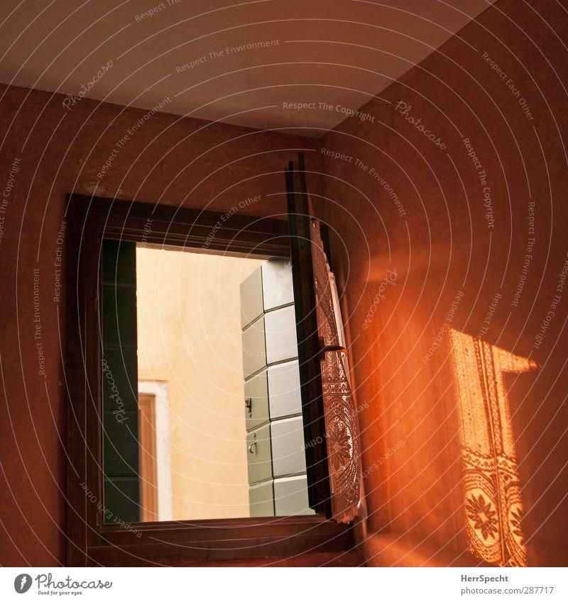 Morgensonne Haus Mauer Wand Fenster ästhetisch braun orange Innenarchitektur Fensterladen Vorhang Spitze Schattenspiel Lichtspiel Lichteinfall offen