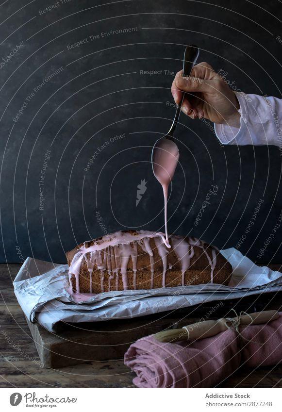 Handgegossene Creme auf leckerem Orangenkuchen Kuchen Sahne Löffel Gießen geschmackvoll Serviette frisch Belag Zucker Bürste Handtuch Bäckerei Backwaren