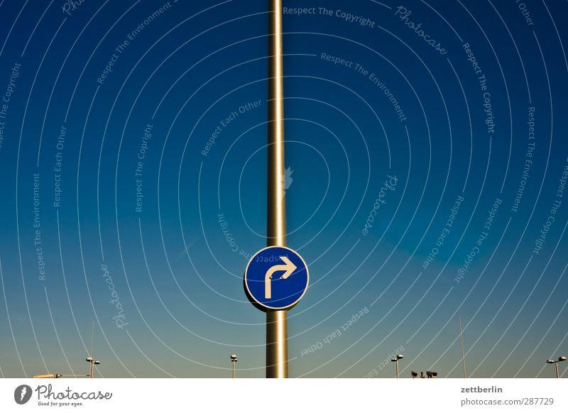Rechts Himmel Natur Sommer Umwelt Wetter Klima Schilder & Markierungen Verkehr Schönes Wetter Schriftzeichen Hinweisschild Zeichen Pfeil Laterne Verkehrswege