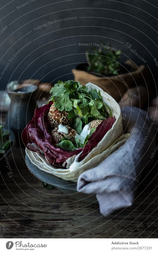 Frische Süßkartoffel Falafel Gemüse Petersilie Kohl frisch Teller Speise Holzplatte Bruschetta Pita Snack Kräuter & Gewürze Lebensmittel Mittagessen Mahlzeit