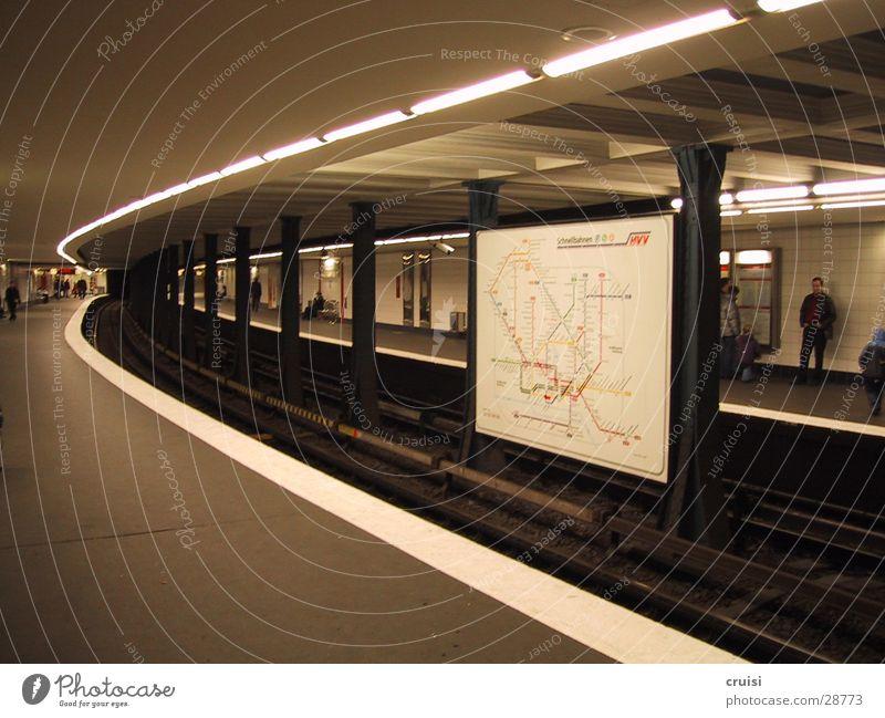 steilkurve U-Bahn S-Bahn Station Tunnel dunkel grau weiß unterirdisch Gleise Eisenbahn Verkehr Hamburg Kurve