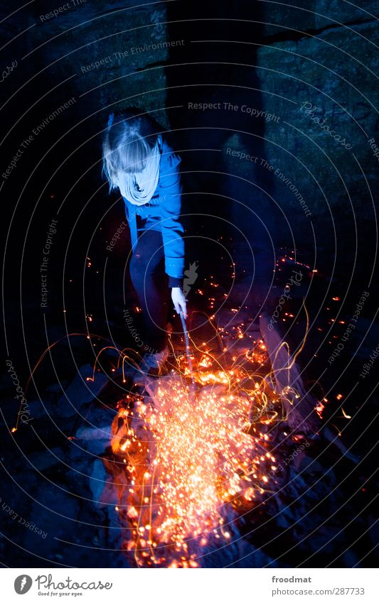 ach wie gut, dass niemand weiss... Mensch feminin Junge Frau Jugendliche 1 Freude Warmherzigkeit gefährlich Brand Lagerfeuerstimmung Feuerstelle Funken blau
