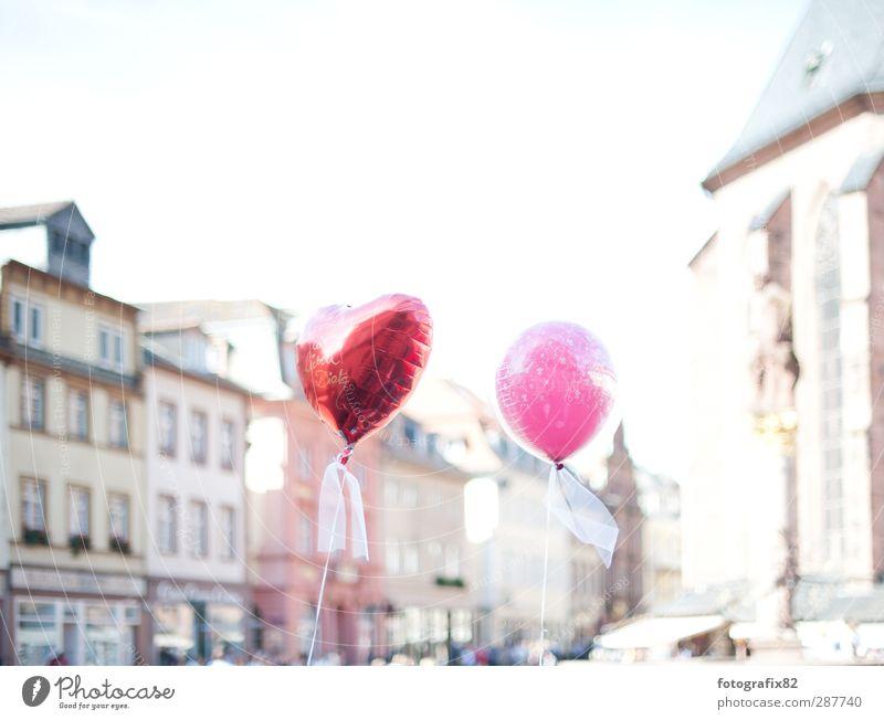 rot oder pink. just married Lifestyle Veranstaltung Feste & Feiern Hochzeit fliegen Luftballon Altstadt Heidelberg Schleife Herz Farbfoto Außenaufnahme