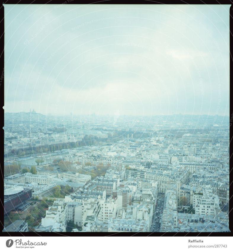 Paris I Stadt Hauptstadt bevölkert Haus Hochhaus blau Aussicht Tour d'Eiffel Baum Himmel Wolken Wolkenhimmel einheitlich Farbfoto Außenaufnahme Menschenleer Tag