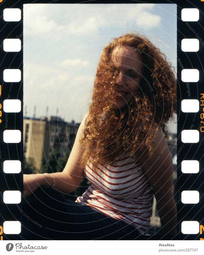 Rotlöckchen Weißglöckchen Haare & Frisuren Arme Sommersprossen rothaarig lockig üppig (Wuchs) Stadt Dach Lächeln lachen Erotik schön weiß Freude Fröhlichkeit