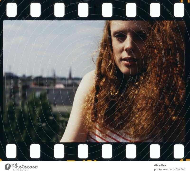 Sommerluft Junge Frau Jugendliche Haare & Frisuren Sommersprossen 18-30 Jahre Erwachsene Dach Aussicht Top rothaarig langhaarig Locken Blick sitzen ästhetisch