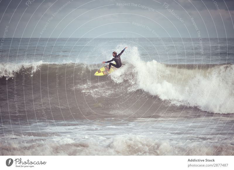 Mann auf dem Surfbrett auf der Wasserwelle Oberfläche Sport Surfen winken Silhouette
