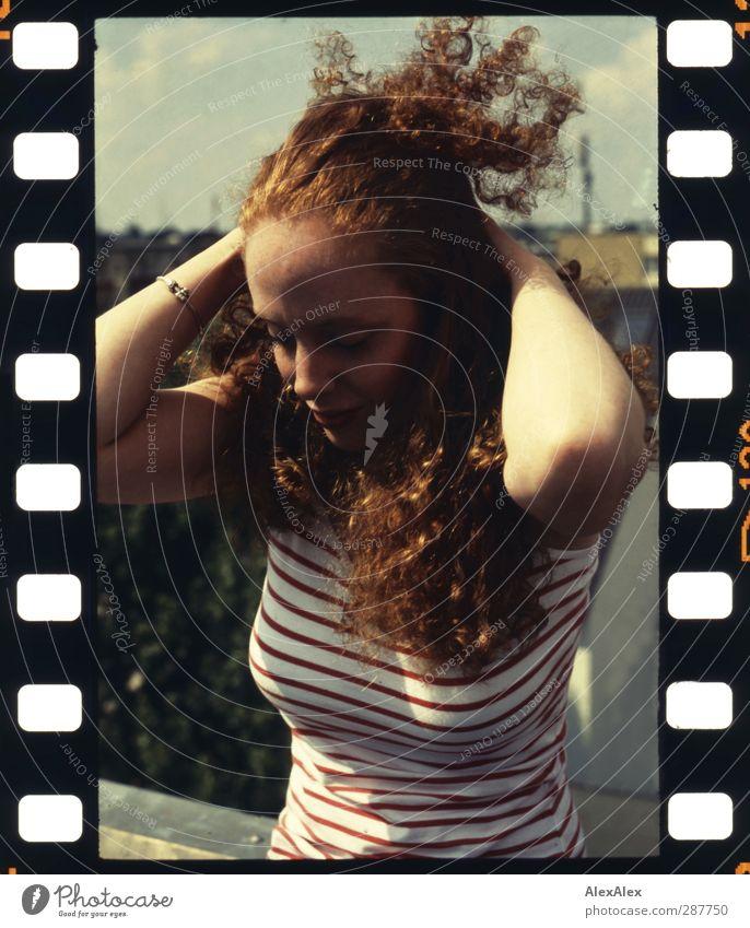in der stadt und doch wie ein lauer tag am meer im spätsommer Jugendliche schön Sommer Freude Erwachsene Junge Frau Erotik Haare & Frisuren 18-30 Jahre Stimmung Arme Wind sitzen Lächeln Dach retro