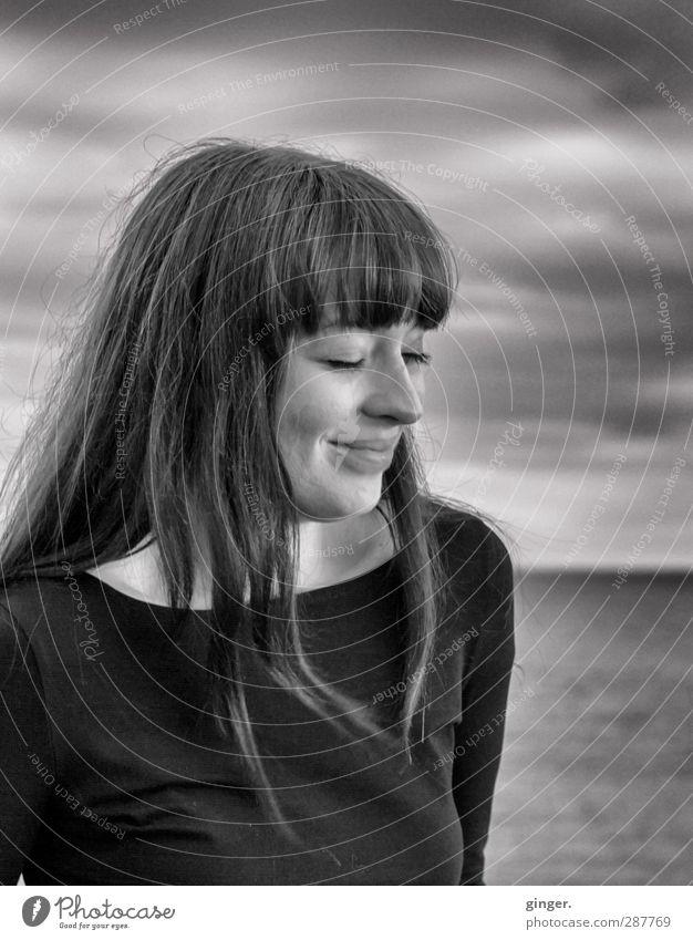 Hiddensee | The Inner Smile Mensch feminin Junge Frau Jugendliche Erwachsene Leben 1 18-30 Jahre Lächeln träumen grau schön stehen geschlossene Augen langhaarig