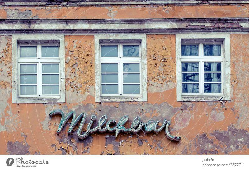Hiddensee   Milchbar Ruine Mauer Wand Fassade alt hässlich Café schäbig abblättern Autofenster Haus Putz Farbstoff trist Renovieren Wort Schriftzeichen