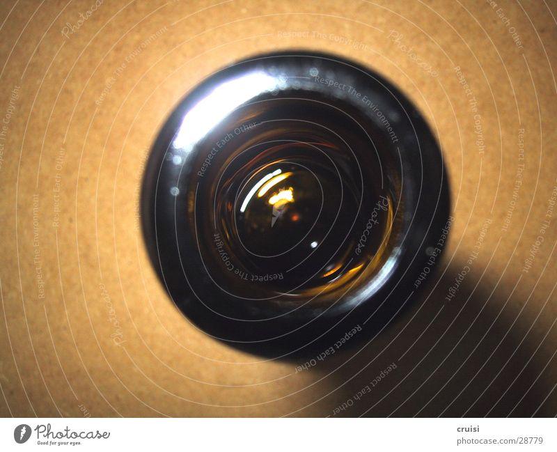 tiefes Loch Glas offen rund Flasche obskur Bierflasche Flaschenhals Öffnung Bilderrätsel Vor hellem Hintergrund