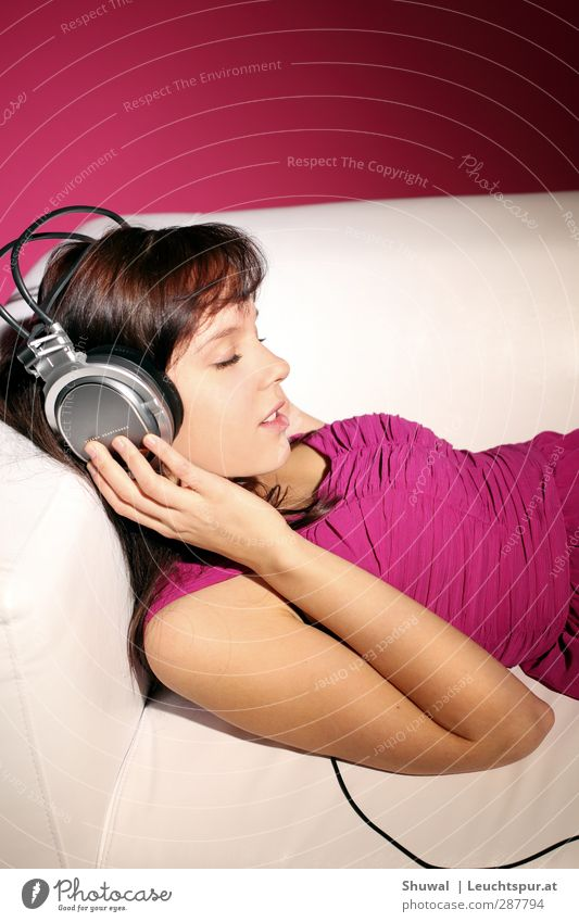Make my day Lifestyle elegant Stil Nachtleben Entertainment Musik Diskjockey feminin Junge Frau Jugendliche 1 Mensch 18-30 Jahre Erwachsene Kleid brünett