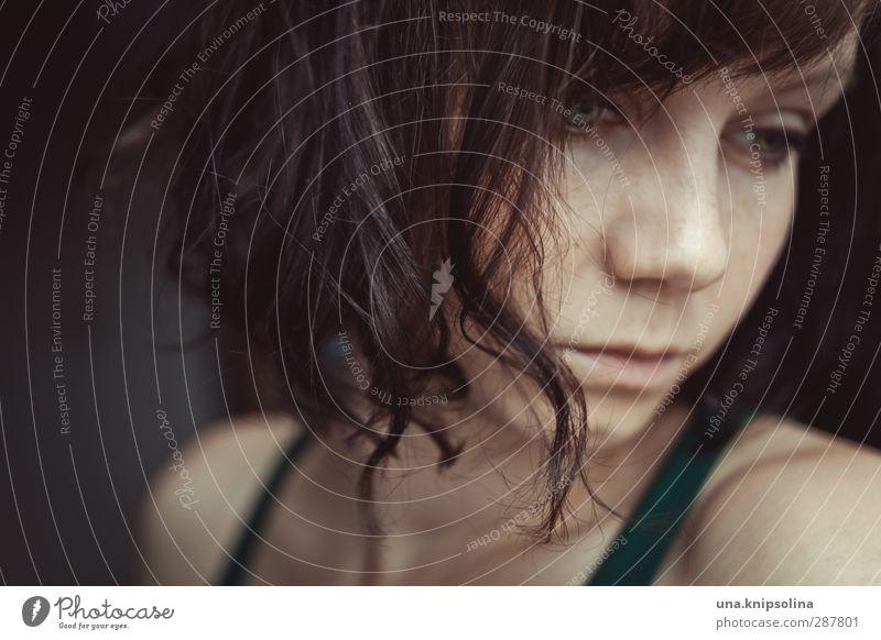 graue menschen, graues licht, graue gedanken, graues ich Mensch Frau Jugendliche grün Einsamkeit ruhig Erwachsene Tod Gefühle Traurigkeit Denken 18-30 Jahre