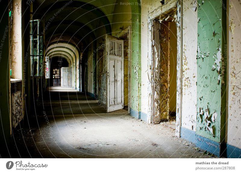 DEN RUNTER UND HINTEN LINKS alt schön Fenster Wand Farbstoff Architektur Mauer Gebäude außergewöhnlich Tür dreckig ästhetisch verfallen Fabrik Bauwerk schäbig