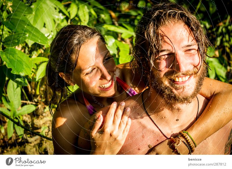 summer luv Paar Liebespaar Wasser Schwimmen & Baden nass Huckepack Freude lächeln Sommer See Fluss Natur Außenaufnahme Bart Tattoo tätowiert tragen Verliebtheit