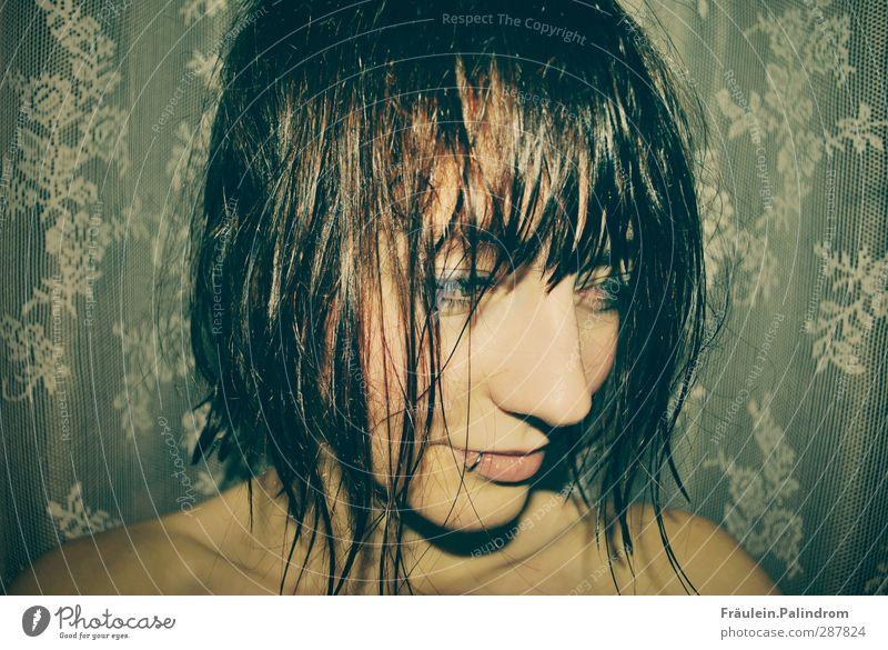 she has wet hair.² feminin Junge Frau Jugendliche Haare & Frisuren Gesicht Lippen 1 Mensch 18-30 Jahre Erwachsene Piercing brünett rothaarig kurzhaarig Pony