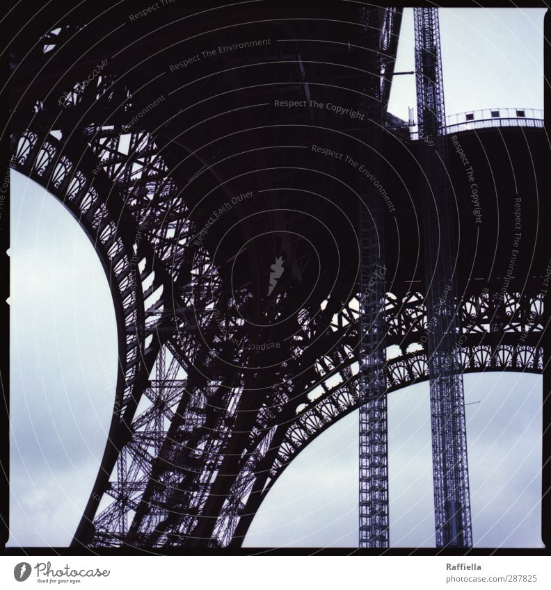 Paris II Frankreich Hauptstadt Bauwerk Gebäude Sehenswürdigkeit Wahrzeichen Denkmal Tour d'Eiffel blau Mittelformat Eisen Himmel himmelblau Strebe Bogen