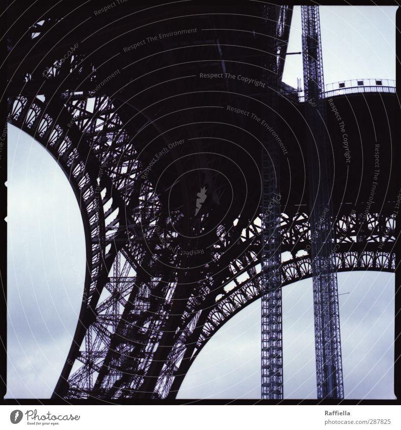 Paris II Himmel blau Gebäude Bauwerk Paris Denkmal Wahrzeichen Frankreich Sehenswürdigkeit Hauptstadt Bogen Eisen himmelblau Strebe Mittelformat Tour d'Eiffel