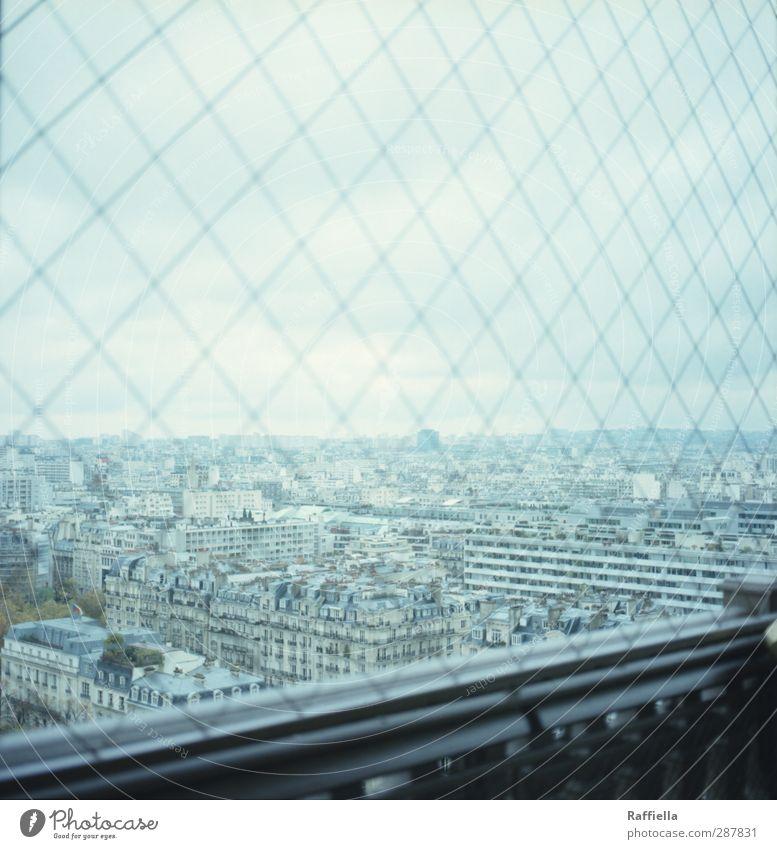 Paris III Himmel blau Stadt Haus Aussicht Geländer Zaun Frankreich Hauptstadt himmelblau bevölkert Tour d'Eiffel Wolkenhimmel Wolkendecke Maschendrahtzaun