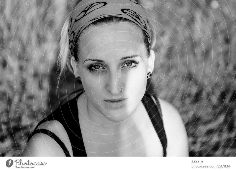 PEACE Lifestyle feminin Junge Frau Jugendliche 1 Mensch 18-30 Jahre Erwachsene Natur Landschaft Wiese T-Shirt Piercing Kopftuch blond Zopf authentisch natürlich