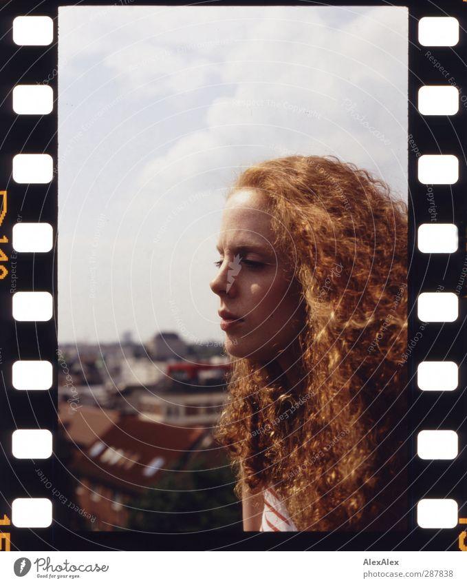Sonnenanbeterin Junge Frau Jugendliche Körper Haare & Frisuren 18-30 Jahre Erwachsene Stadt Dach Streifen rothaarig langhaarig Erholung schön natürlich retro