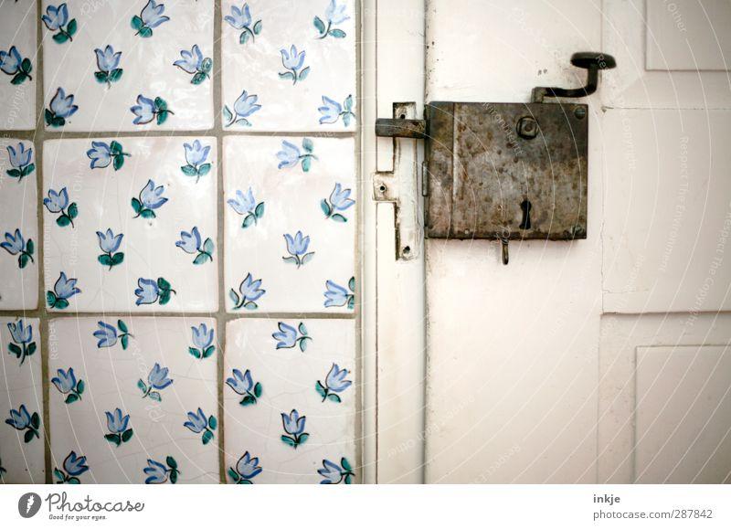 daheim bei Uromi (Küche) Wohnung Raum Mauer Wand Tür Beschläge Türschloss Griff Holztür Fliesen u. Kacheln alt historisch blau weiß Senior Idylle Blumenmuster
