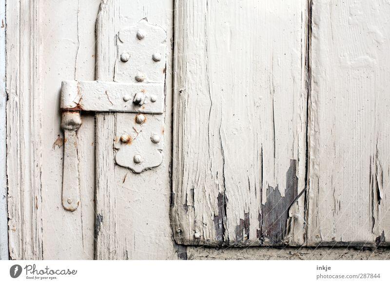 daheim bei Uromi (Gartenlaube) Häusliches Leben Tür Beschläge Holztür Scharnier alt kaputt weiß Senior Verfall Vergänglichkeit Wandel & Veränderung geschlossen