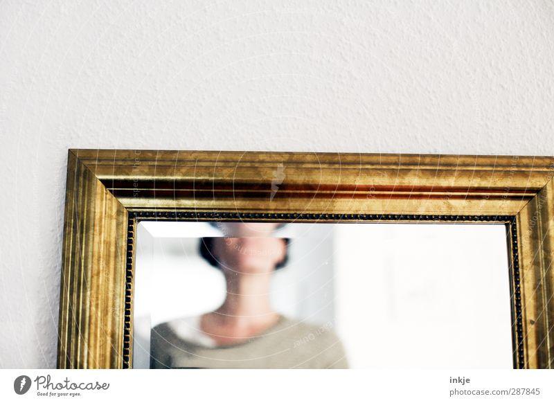 daheim bei Uromi (Diele) Wohnung Spiegel Raum Frau Erwachsene Leben Oberkörper 1 Mensch Mauer Wand alt Identität Hälfte Rahmen gold Farbfoto Innenaufnahme